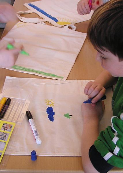 Kinder bemalen mit Textilstiften Stoffbeutel