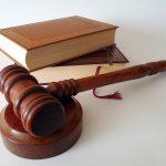 Bücher und Hammer eines Richters