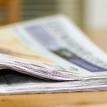 Zeitung auf einem Tisch