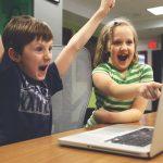 Zwei Kinder vor dem Computer